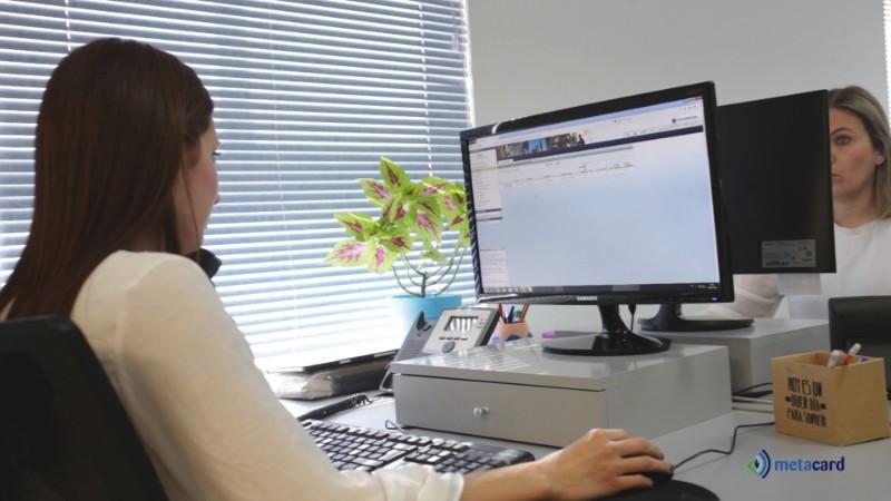 mujer sentada en una oficina mirando una pantalla