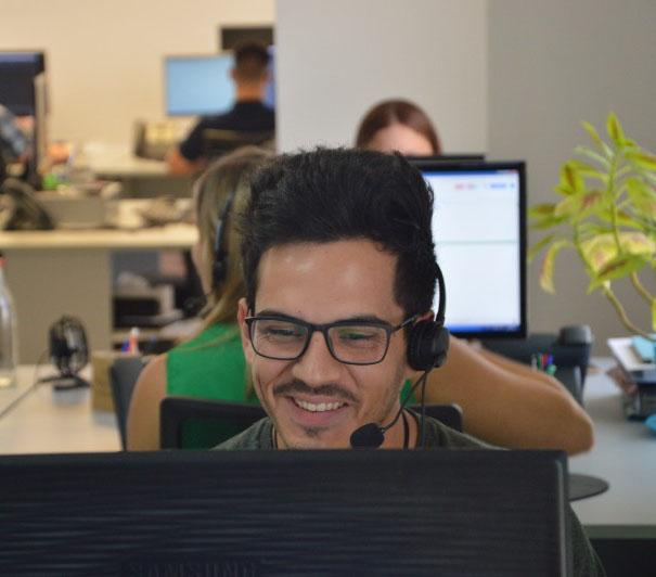 hombre en una oficina hablando por teléfono