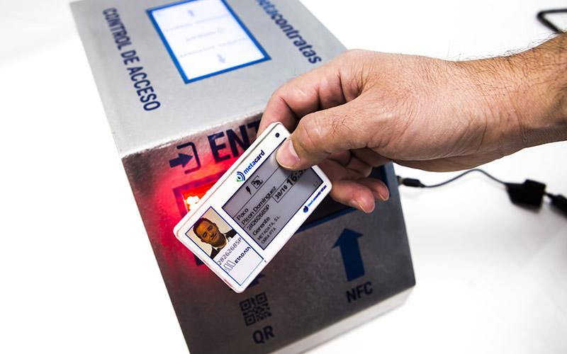 dispositivo de control de acceso colocado sobre una mesa utilizando una tarjeta