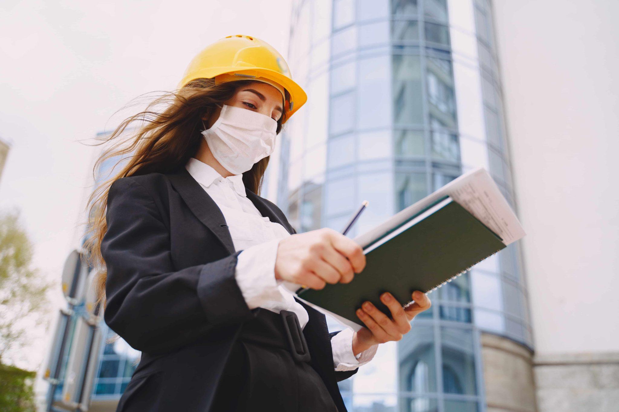 mujer arquitecto utilizando medidas de prevención