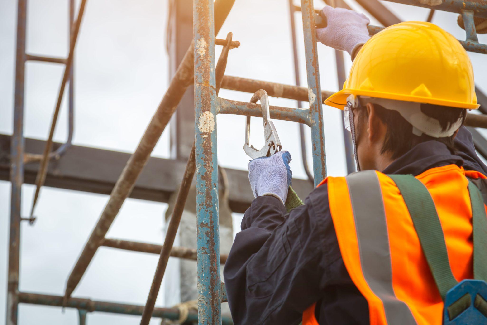 trabajador subiendo un anfamio con su EPIS