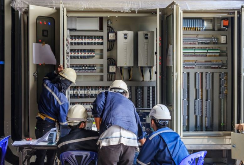 formador operarios sobre riesgo electrico