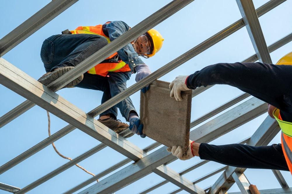 trabajadores siguiendo medidas prl