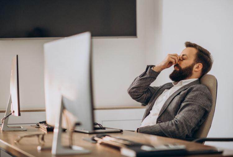 hombre sufriendo estres laboral