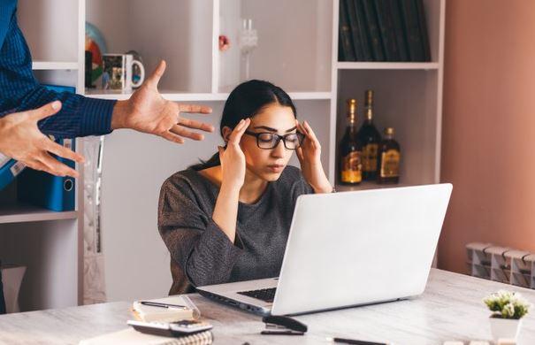 mujer sufriendo mobbing laboral