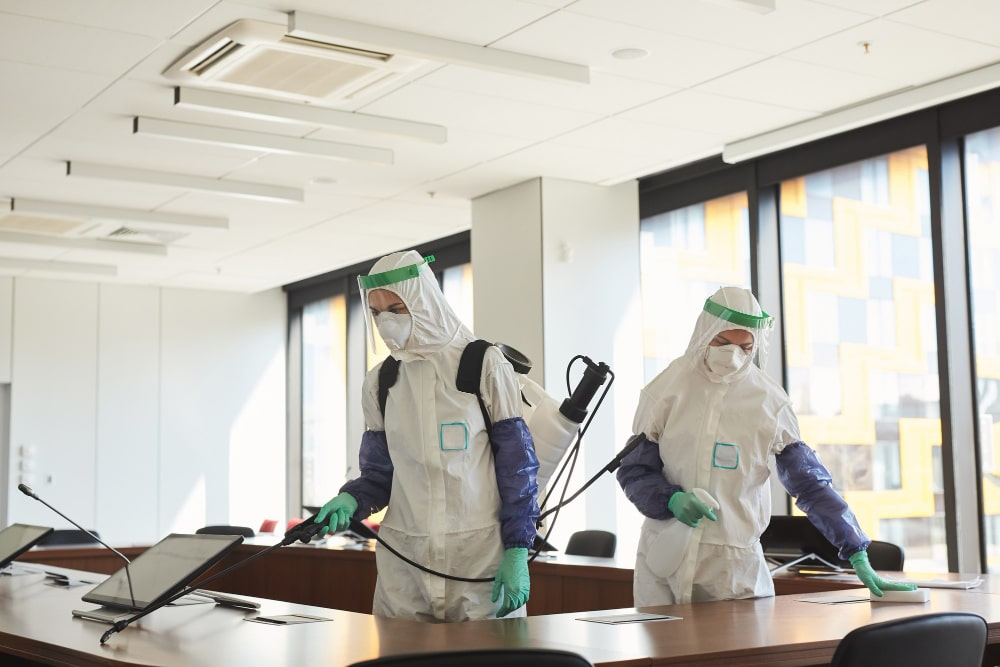 trabajadores con EPIS desinfectando
